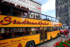 Germany, North Rhine-Westphalia, Cologne, city tour, city tours, tour bus in front of Cologne Cathedral