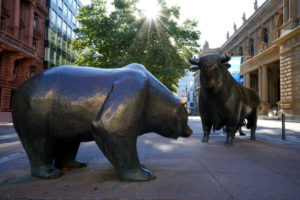 Germany, Hesse, Frankfurt am Main, bull and bear sculptures in front of Frankfurt Stock Exchange