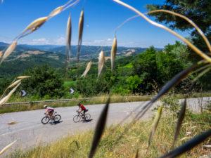 Zwei Rennradfahrer auf Tour im Apennin auf einer einsamen Bergstraße in der Nähe von Savignano di Rigo Provinz Rimini in der Region Emilia-Romagna