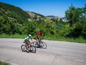 Zwei Rennradfahrer auf Tour im Apennin auf einer einsamen Bergstraße in der Nähe von Talamello, Provinz Rimini in der Region Emilia-Romagna.