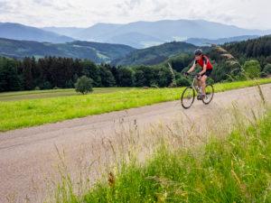 Rennradfahrer am Schillingerberg, Mittlerer Schwarzwald, im Hintergrund das Kandelmassiv.