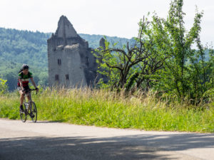 Rennradfahrer auf schmaler Bergstraße im Mittleren Schwarzwald, bei Emmendingen, Baden-Württemberg
