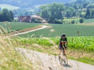 Rennradfahrer auf schmaler Bergstraße im Mittleren Schwarzwald, bei Emmendingen, Sexau Baden-Württemberg
