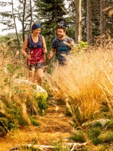 Wandern auf dem Zweitälersteig, schmaler Pfad an der Schwedenschanze, Rohrhardsberg