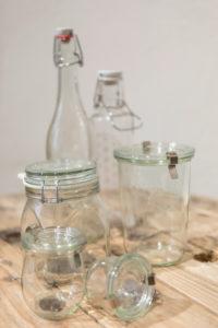 Mehrweg-Glasflaschen und Glasbehälter vom verpackungsfreien Laden 'Stückgut', Altona, Hamburg, Deutschland
