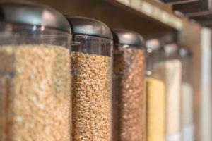 Abfüllbehälter für Getreide im verpackungsfreien Laden 'Stückgut', Altona, Hamburg, Deutschland