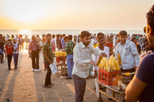 Einheimische an Verkaufsstand am Strand im Sonnenuntergang, Juhu, Mumbai, Bundesstaat Maharashtra, Indien