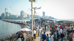 Straßenszene vor Skyline, Mumbai, Bundesstaat Maharashtra, Indien