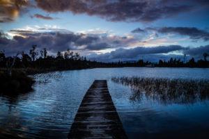 Abendstimmung und Holzsteg am Lake Brunner, Südinsel Neuseeland