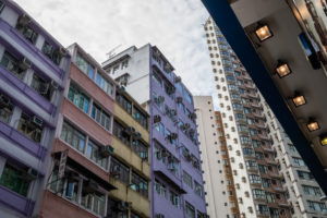 Strasse und Häuserschlucht, Kwong Fuk Rd, Tai Po, Hongkong