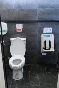 Sinnvolle Babyhalterung auf öffentlicher Toilette