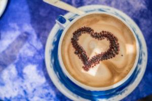 Kaffee mit Herzdekoration, Italien, Ligurien, Cinque Terre, Corniglia