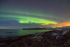 Europa, Norwegen, Troms, Tanzendes Nordlicht über Kvaløya