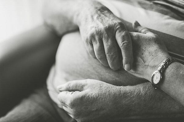 Seniorenpaar, Hände halten, Nahaufnahme, Detail, s/w