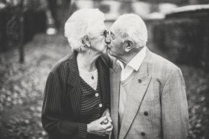 Senioren küssen sich