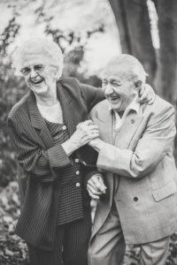 Verliebtes Seniorenpaar beim Herbstspaziergang