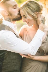 Junges Paar, natürlich, glücklich, verliebt, Kuss auf die Stirn
