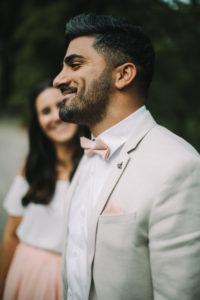 junges Brautpaar, glücklich, verliebt, Mann lächelt, Profil, außen, Porträt