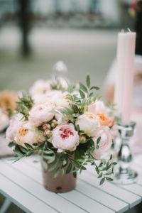Tisch im Freien, Brautstrauß, Kerzen, Stilllife