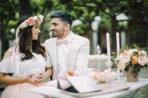 junges Brautpaar am Hochzeitstisch, glücklich, lächeln
