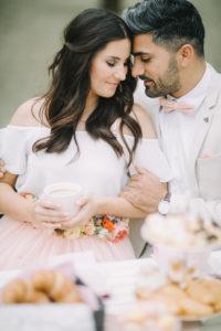 junges Paar am Kaffeetisch, verliebt, glücklich, lächeln