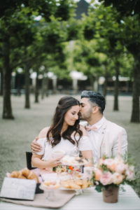 junges Paar am Tisch, verliebt, glücklich, Kuss, lächeln