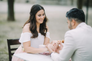 junges Paar am Tisch, verliebt, glücklich, Hände halten, lächeln,