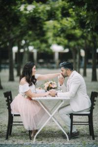 junges Paar am Tisch, verliebt, glücklich, Hand halten, Handkuss,