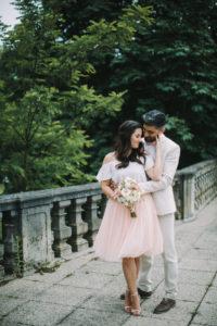 junges Brautpaar, glücklich, verliebt, außen