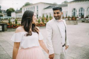 junges Brautpaar, glücklich, verliebt, Hand in Hand, Spaziergang, Blickkontakt