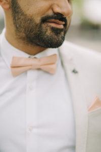 junger Mann, Anzug, Fliege, Bart, südländisch, Porträt, angeschnitten