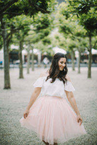 junge Frau in Brautkleid, glücklich, beschwingt, lächeln, außen, Halbporträt