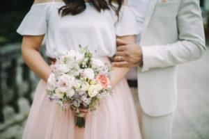 junges Brautpaar, glücklich, verliebt, Brautstrauß, außen, Nahaufnahme, Detail