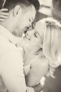 junges Paar, glücklich, verliebt, Zärtlichkeit, Umarmung, Porträt, s/w