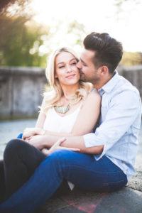 junges Paar, glücklich, verliebt, Zärtlichkeit, Umarmung, sitzend, außen