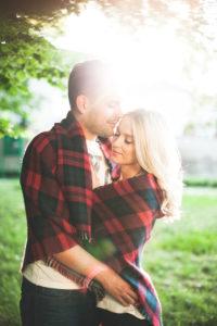 junges Paar, glücklich, verliebt, Zärtlichkeit, Umarmung, Decke, außen