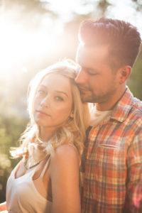 junges Paar, glücklich, verliebt, Zärtlichkeit, Umarmung, außen