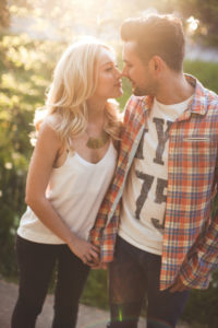 junges Paar, glücklich, verliebt, Spaziergang, Sommer, Abendsonne