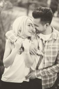 junges Paar, glücklich, verliebt, Spaziergang, Sommer, Halbporträt, s/w