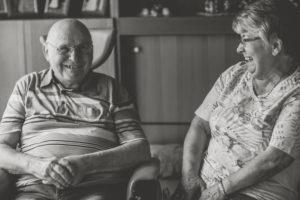 Glückliches Seniorenpaar Zuhause, Mann im Rollstuhl, s/w