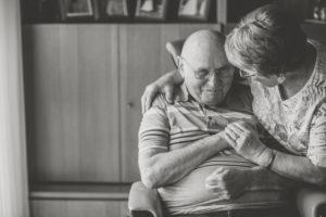Seniorenpaar Zuhause, Mann im Rollstuhl, s/w