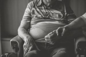 Seniorenpaar Zuhause, Mann im Rollstuhl, Händchen haltend, Nahaufnahme, Detail, s/w