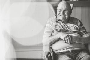 Alter Mann im Rollstuhl, lächeln, s/w