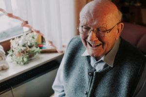 Alter lachender Mann