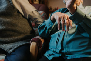 Seniorenpaar, Detail, Frau mit Ehering