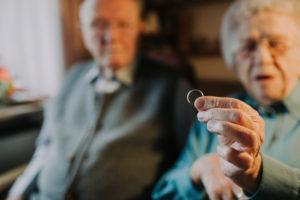 Seniorenpaar, Frau hält Ehering in die Kamera