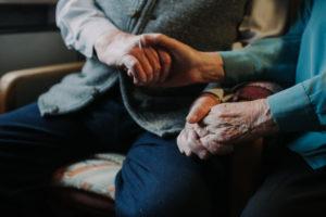 Seniorenpaar hält sich an den Händen, Nahaufnahme, Detail,