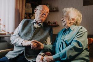 Seniorenpaar schneidet Grimassen
