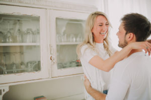 Junges Paar verliebt in der Küche, Profil