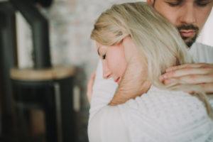 Junger Mann umarmt junge Frau, Profil